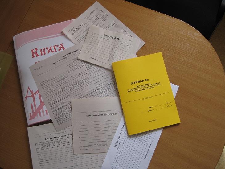 Документація відрядних на подобових квартирах Києва – купа паперів.
