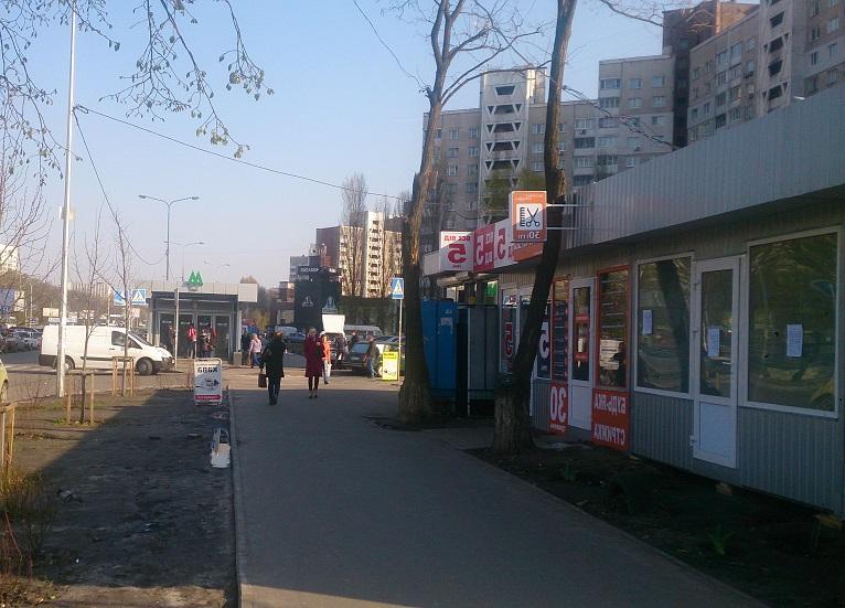 Метро, ринок, нові будинки – приклад зручного розташування подобової квартири в Києві.